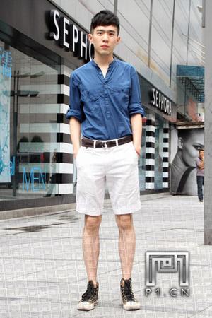 型男的时尚夏天也到来了!还在犹豫什么,短裤搭配是本季的大热,短裤潮人赶快行动吧。